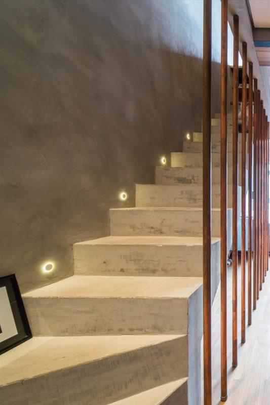 Escada de Cimento Queimado em Ambiente Interno