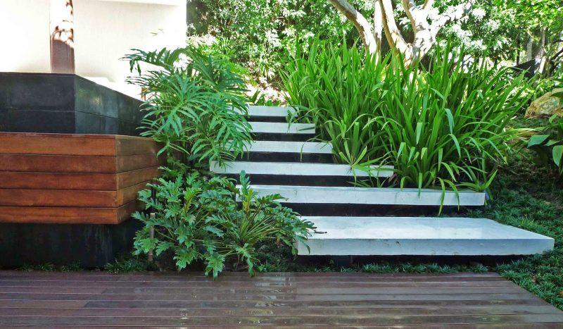 Escada de Cimento Queimado em Ambiente Externo