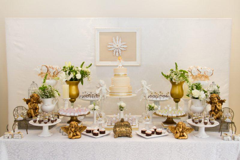Mesa decorada para festinha de batizado