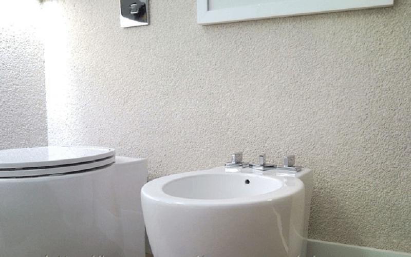 Banheiro com parede fulget