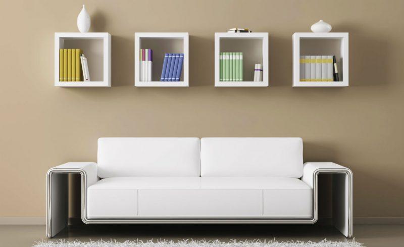 Nichos de madeira sobre o sofá