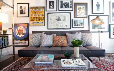 Quadros de fotos compondo a decoração de sala de estar