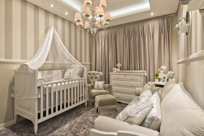 Quarto de bebê fendi com parede listrada