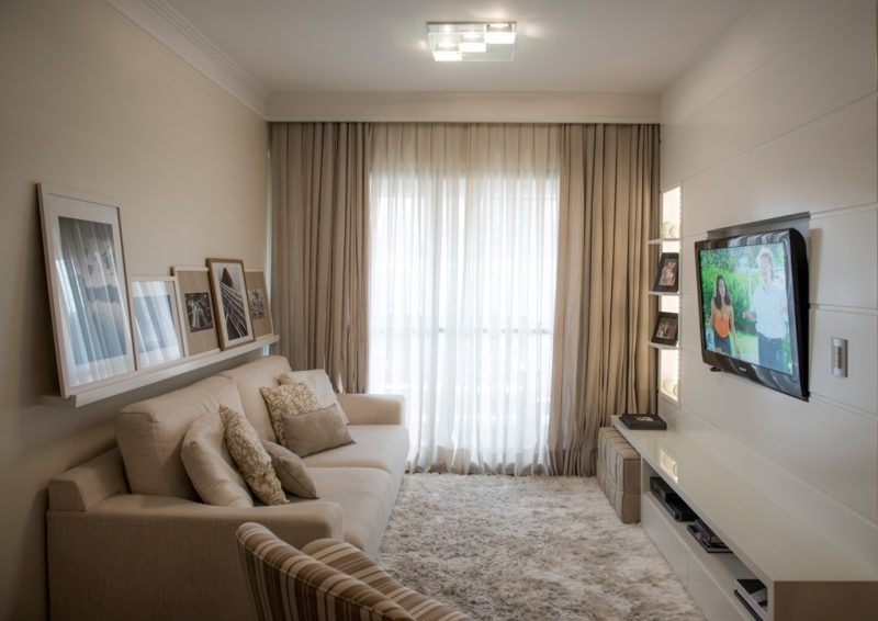 Uma combinação de dois tecidos de cortina pode manter o ambiente mais aconchegante