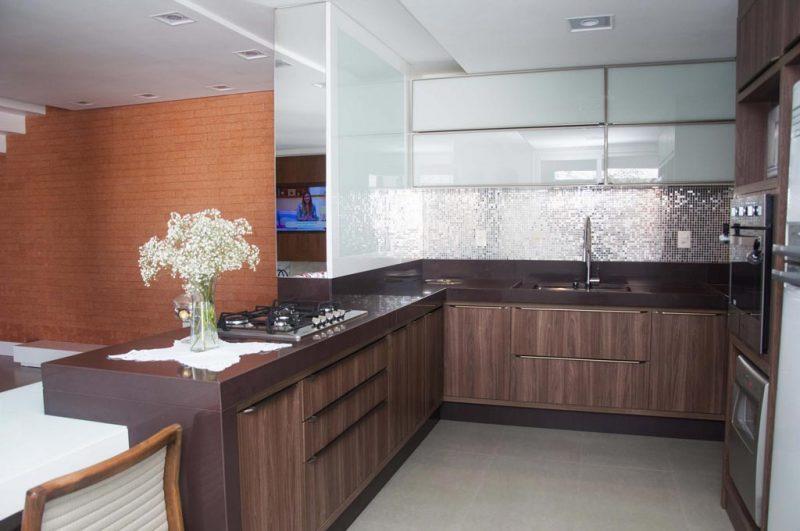 Um lindo modelo de bancada de granito para cozinha em marrom absoluto