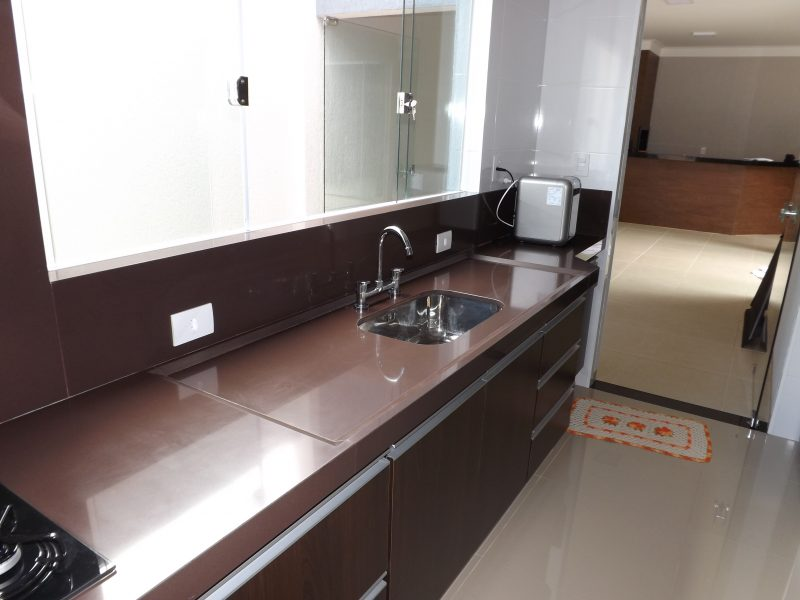 Bancada de cozinha simples em marrom absolto