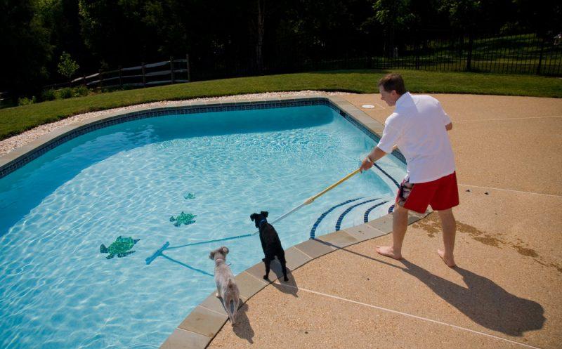 Como limpar piscinas de fibra