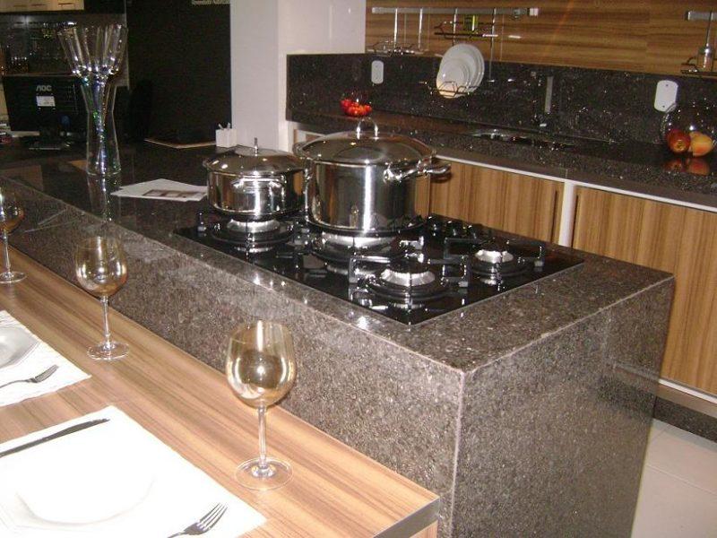 Cozinha revestida em granito café imperial
