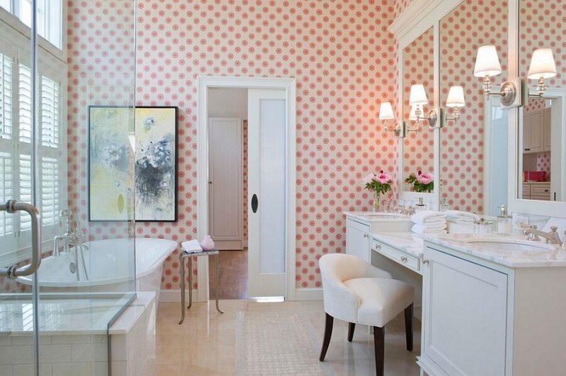 papel de parede de bolinhas no banheiro