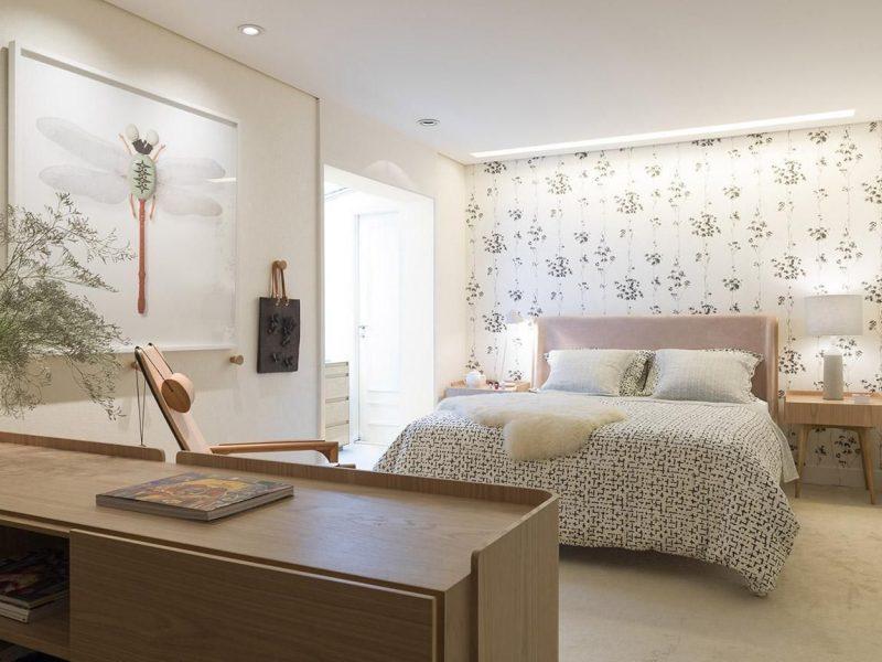 quarto de casal estampado com papel de parede