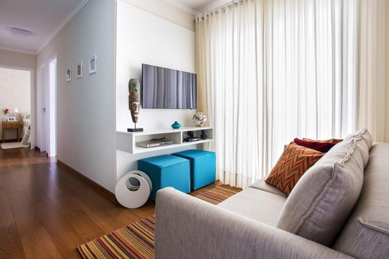 Decora o de sala pequena barata simples tv estar for Sala de estar funcional
