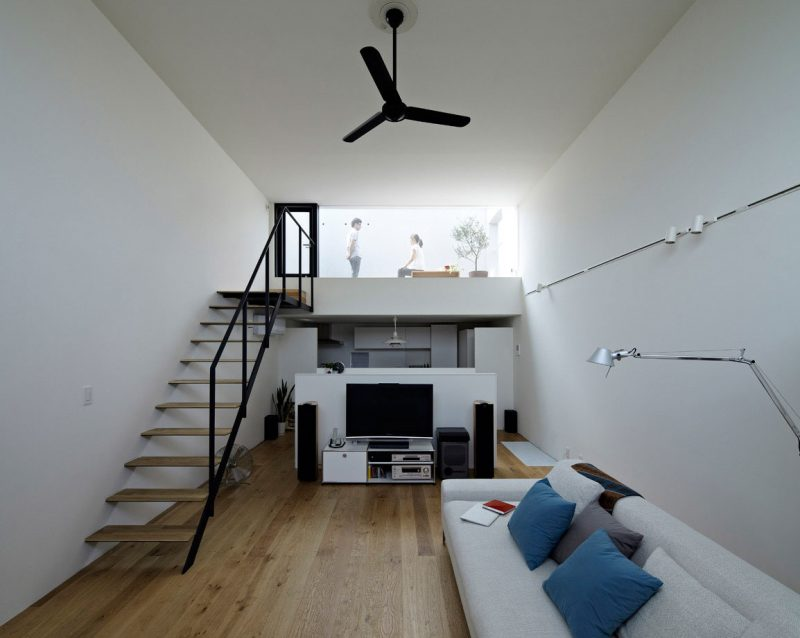 Escada Mista de Madeira e Ferro completando decoração minimalista