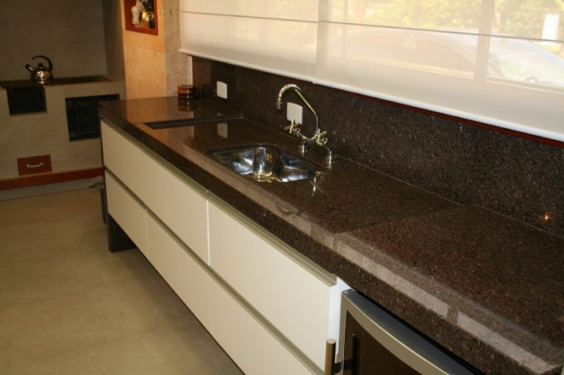um modelo de bancada para cozinha em granito marrom imperial