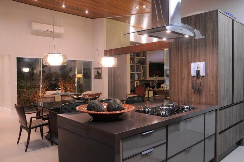 Já essa cozinha, possui a decoração em granito marrom café imperial
