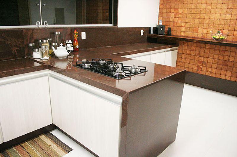 Bancada de cozinha feita em granito marrom tabaco