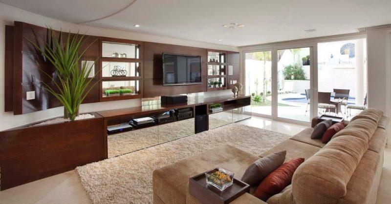 Sala de TV com painel de madeira