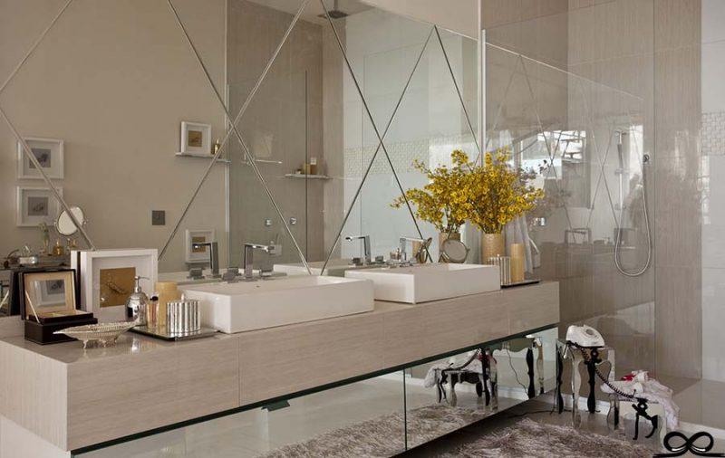 Banheiro com espelho bisotado