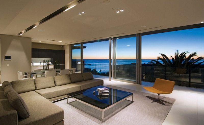 Linda sala integrada com vista para o mar