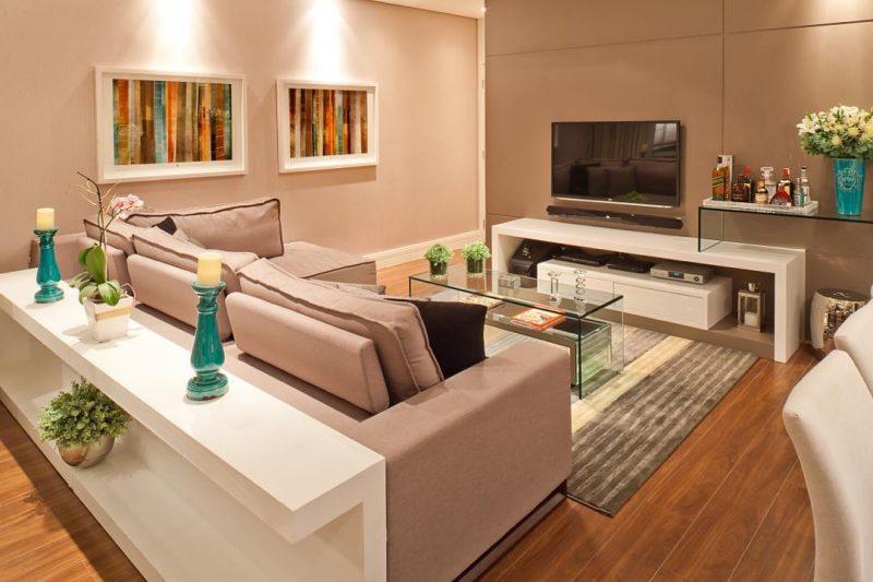 Colocar um móvel atrás do sofá é bem útil para organização