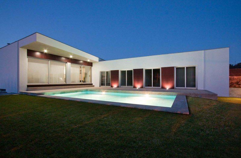 Casa em L sem telhado com Piscina