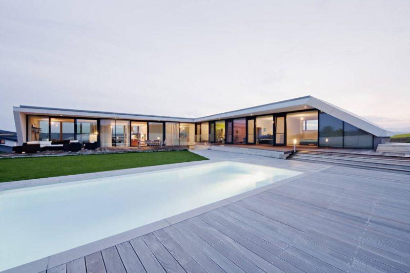 Casa moderna em L com Piscina no centro