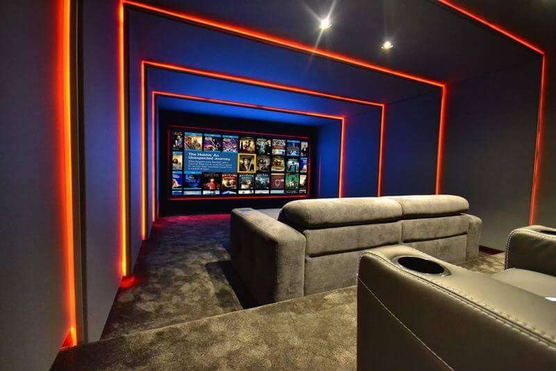 Cinema residencial com sofás