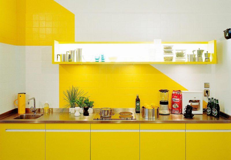 cozinha com parede amarela
