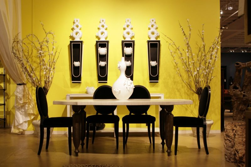 parede amarela na sala de jantar