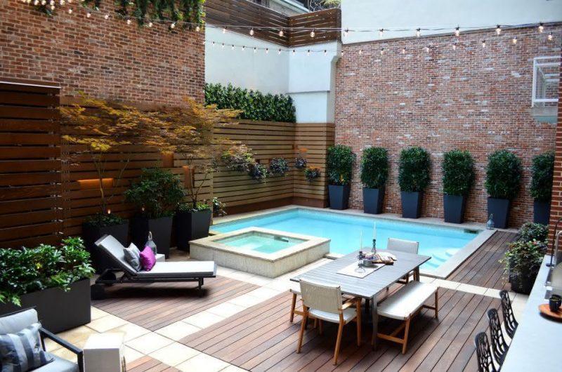 Deck de madeira em área de piscina
