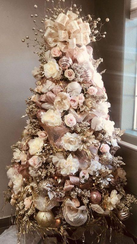 Árvore de natal decorada dourada