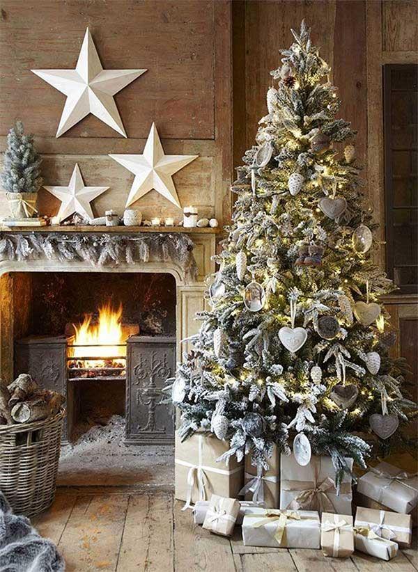 Árvore de natal rústica ao lado da lareira