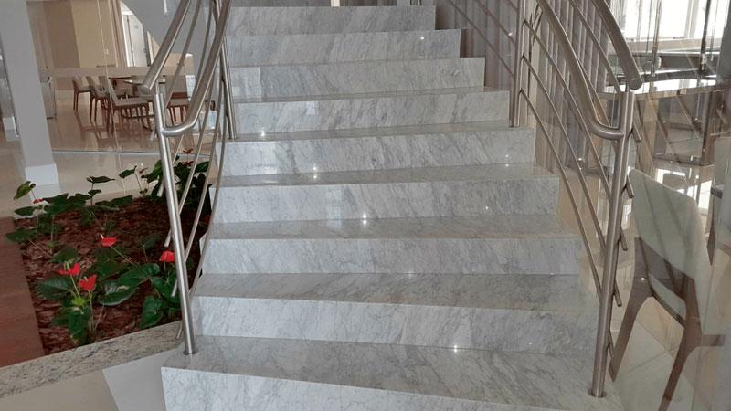 Granito Branco Dallas em Escadas