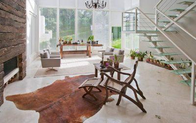 Casa com pareces de Vidro decorada com tapete d Couro de Boi Inteiro