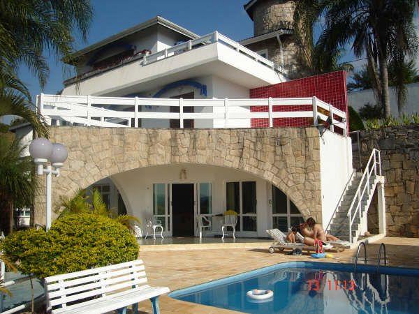 Casas de padrão luxo costumam incluir uma piscina para o verão