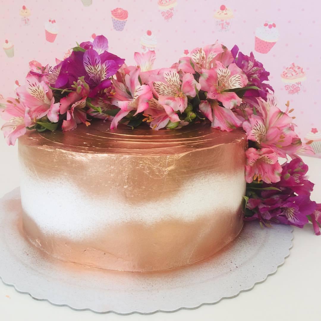 bolo rosé gold com branco