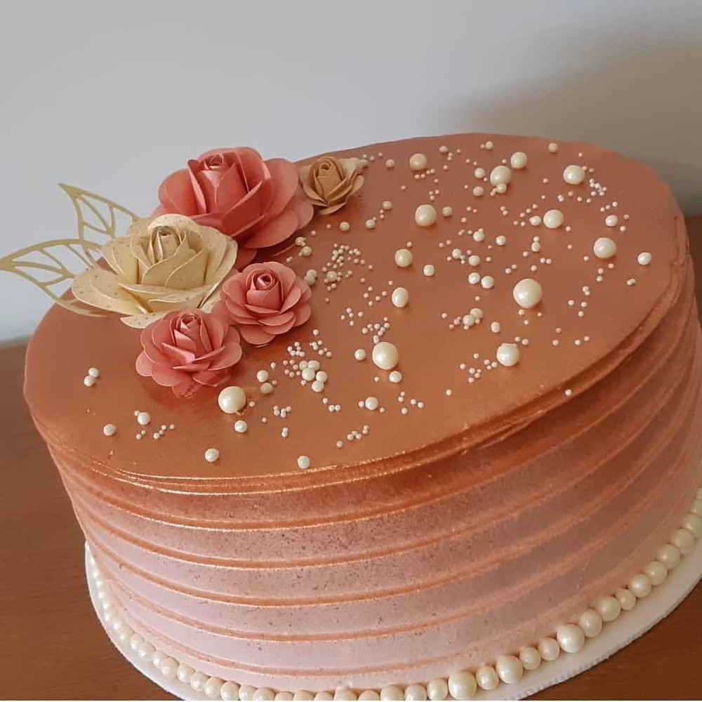 bolo dourado Com Rosa