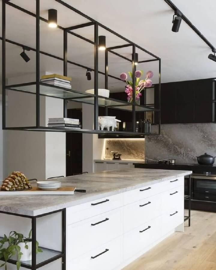 estante industrial na cozinha